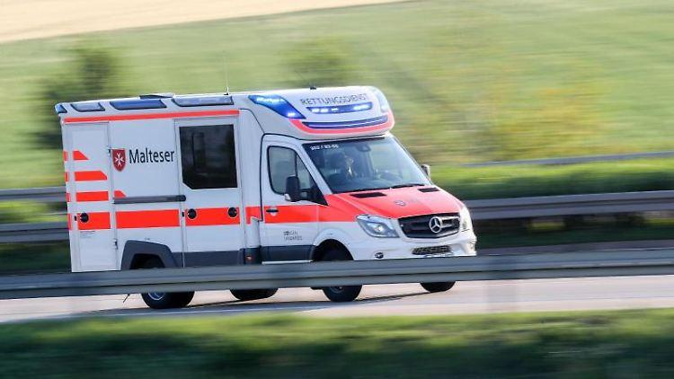 Ein Rettungswagen im Einsatz. Foto: Jan Woitas/Archivbild