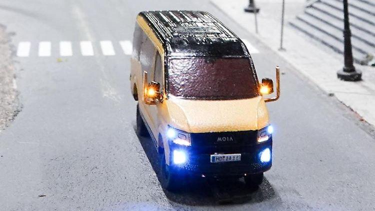 Ein Moia-Modellauto fährt durch die Straßen des fiktiven Ortes Knuffingen im Miniaturwunderland. Foto:Christian Charisius/Archivbild