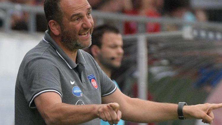 Frank Schmidt vom 1. FC Heidenheim gibt an der Seitenlinie Anweisungen. Foto: Stefan Puchner/Archiv