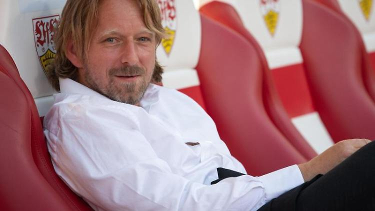 Sven Mislintat, Sportdirektor beim VfB Stuttgart, sitzt auf der Bank. Foto: Sebastian Gollnow/Archivbild