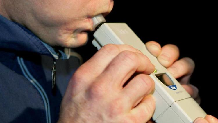Ein Alkoholtest bei einem Mann wird während einer Polizeikontrolle durchgeführt. Foto: Uli Deck/Archivbild