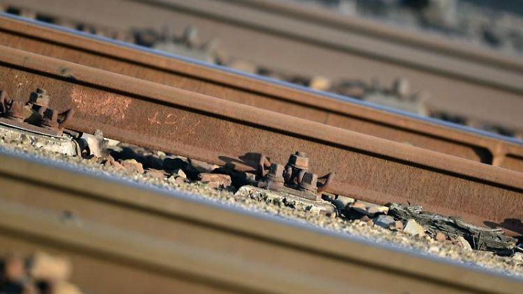 Ein Teil der Gleisanlage der Deutschen Bahn ist zu sehen. Foto: Ralf Hirschberger/Archivbild