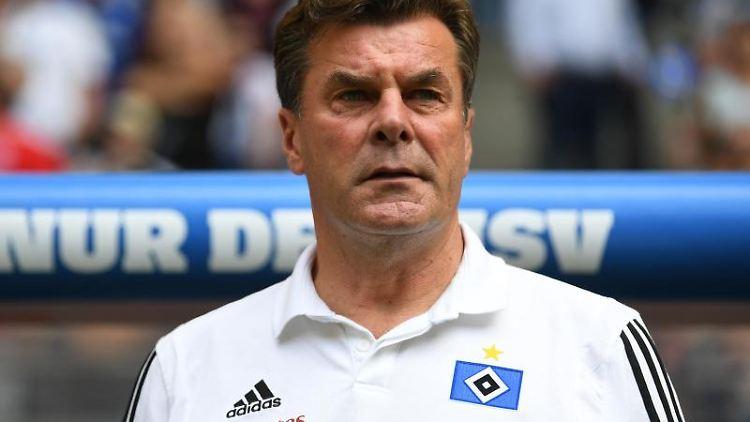 Hamburgs Trainer Dieter Hecking steht vor Spielbeginn an der Seitenlinie. Foto: Carmen Jaspersen/Archivbild