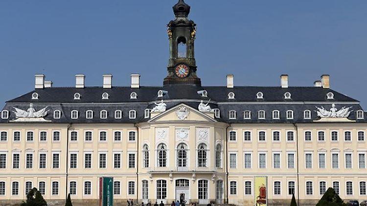Besucher auf dem Schlosshof von Schloss Hubertusburg in Wermsdorf. Foto: Jan Woitas/Archivbild