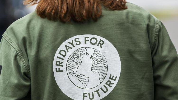 Eine Teilnehmerin trägt während einer Demonstration eine Jacke mit dem Aufdruck