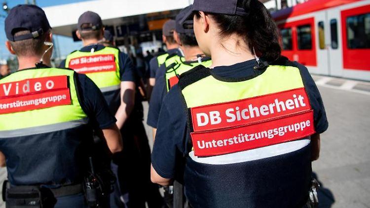 Sicherheitskräfte der Deutschen Bahn (DB) stehen bei einem Pressetermin auf einem Bahnsteig. Foto: Sven Hoppe