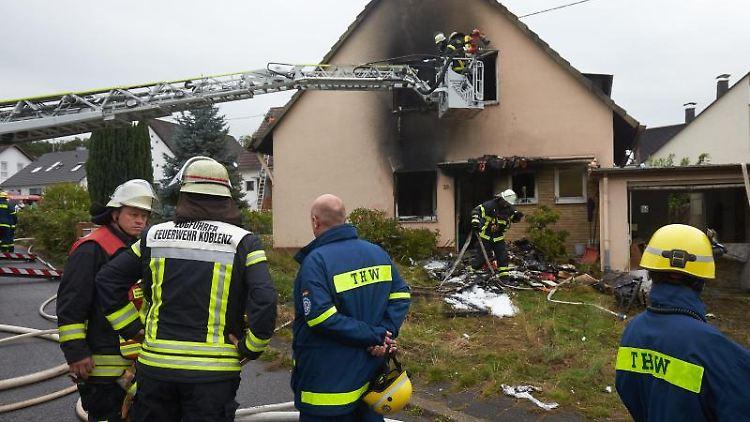 Rettungskräfte suchen nach dem Brand eines Einfamilienhauses im Stadtteil Arenberg nach einem vermissten Hausbewohner. Foto: Thomas Frey