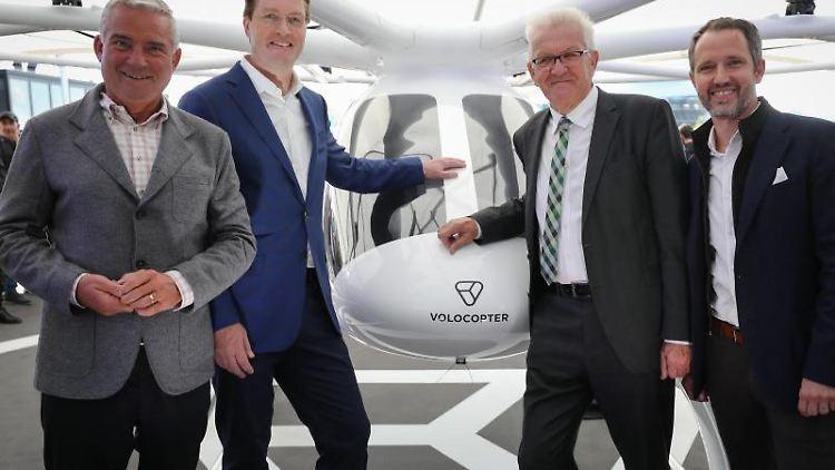 Innenminister Thomas Strobl (l-r), Ola Källenius, Winfried Kretschmann und Florian Reuter stehen beim Volocopter. Foto: Christoph Schmidt