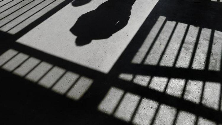 Der Schattenriss eines Mannes ist in der Justizvollzugsanstalt in einer Tür zu sehen. Foto: Felix Kästle/Archivbild