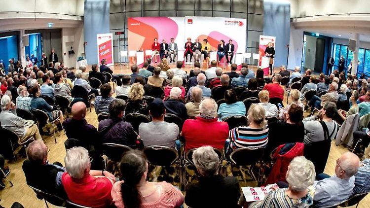 Bei der SPD-Regionalkonferenz in Oldenburg stellen sich die Parteivorsitz-Kandidaten vor. Foto: Hauke-Christian Dittrich