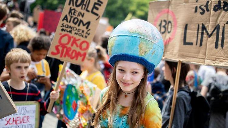 Schülerinnen und Schüler demonstrieren mit Protestplakaten beim Fridays for Future-Klimastreik. Foto:Kay Nietfeld/Archiv