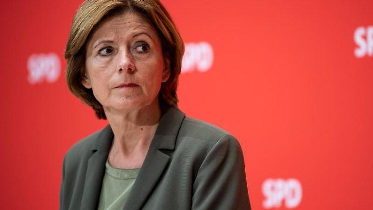 Malu Dreyer (SPD), Ministerpräsidentin von Rheinland-Pfalz, steht bei einer Pressekonferenz. Foto: Bernd von Jutrczenka