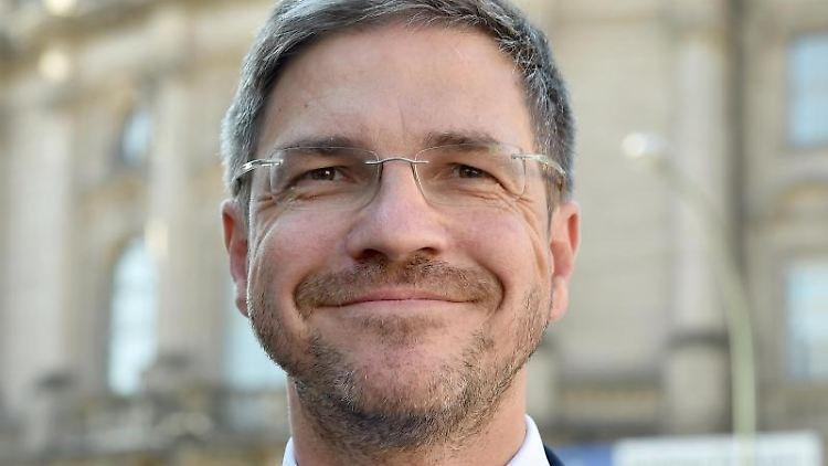 Mike Schubert (SPD), Oberbürgermeister von Potsdam, lächelt in die Kamera. Foto: Bernd Settnik/Archivbild
