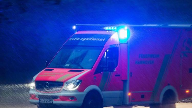 Ein Rettungswagen mit Blaulicht fährt über eine Straße. Foto: Silas Stein/Archivbild