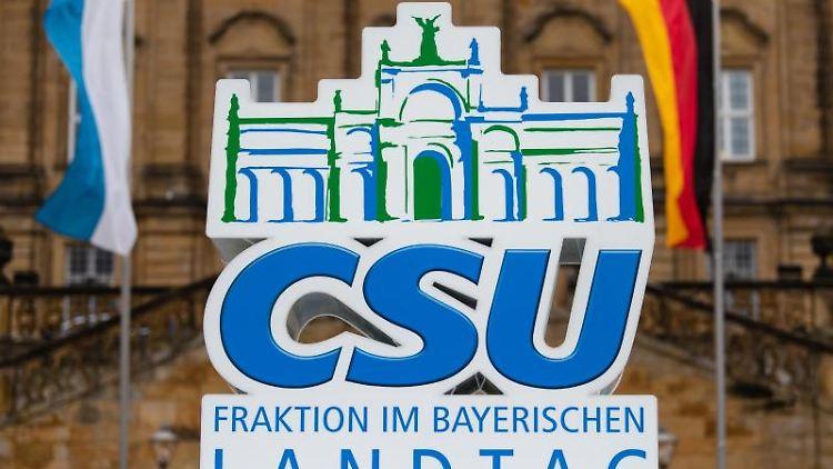 Ein Aufsteller der Partei CSU steht vor dem Eingang zum Kloster Banz. Foto: Nicolas Armer/Archiv