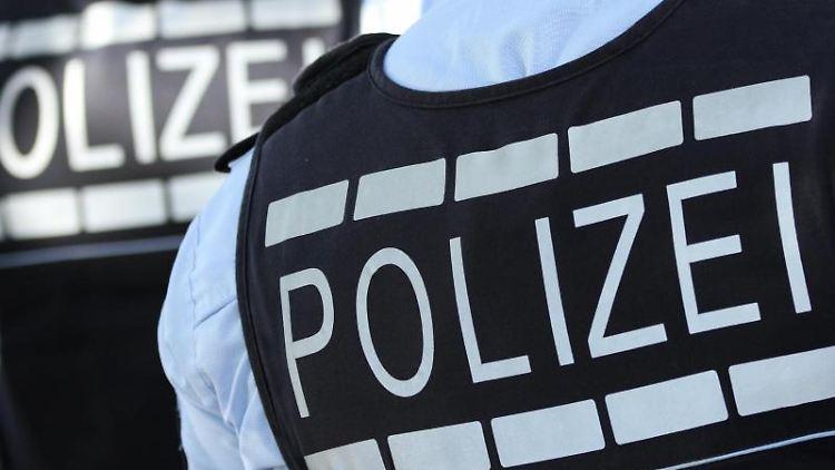 In Westen gekleidete Polizisten stehen in der Stadt. Foto:Silas Stein/Archivbild