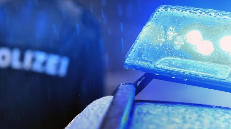 Ein Polizist steht vor einem Streifenwagen dessen Blaulicht aktiviert ist. Foto:Karl-Josef Hildenbrand/Archivbild