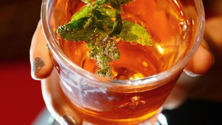 Ein Glas Aperol Spritz. Foto:Jens Kalaene/Archivbild