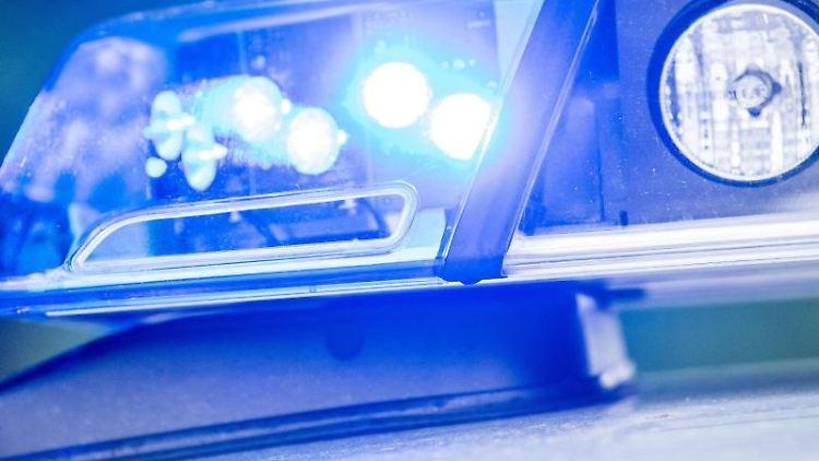 Ein Blaulicht leuchtet an einer Polizeistreife. Foto:Lino Mirgeler/Archivbild