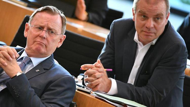 Bodo Ramelow (l, Die Linke), Ministerpräsident von Thüringen, und Malte Krückels (r), Staatssekretär. Foto: Martin Schutt/Archiv