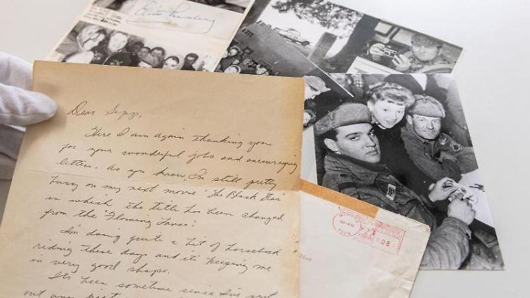 Ein handgeschriebener Brief von Elvis Presley und mehrere Originalfotos sind zu sehen. Foto: Armin Weigel