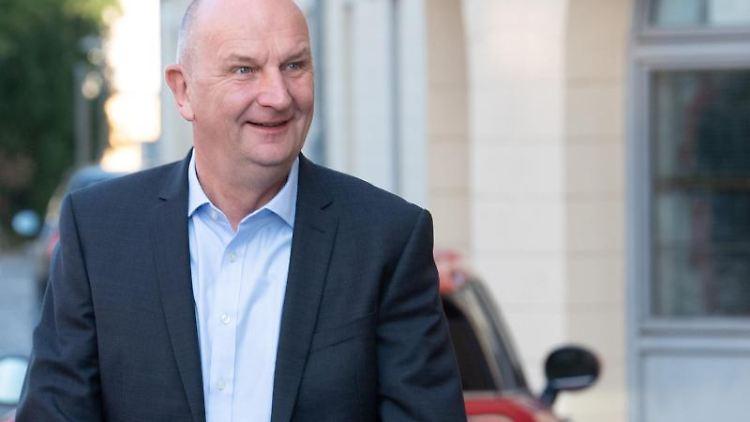 Dietmar Woidke, Ministerpräsident und SPD-Vorsitzender in Brandenburg, kommt zu den Sondierungsgesprächen. Foto: Soeren Stache/Archivbild