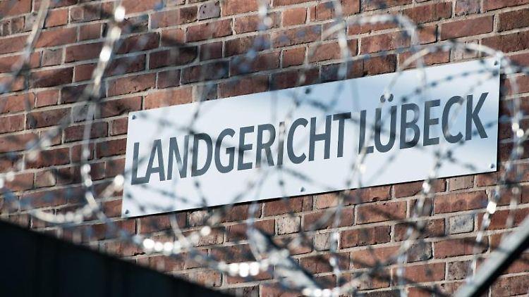 Stacheldraht sichert das Landgericht Lübeck. Foto: Rainer Jensen/Archivbild