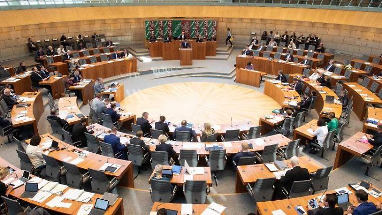 Abgeordnete des Landtages sitzen während der Debatte im Plenum des Landtags von NRW.Foto: Federico Gambarini/Archivbild
