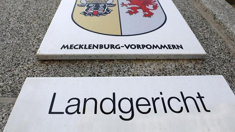 Das Schild am Landgericht in Rostock. Foto: Bernd Wüstneck/Archivbild