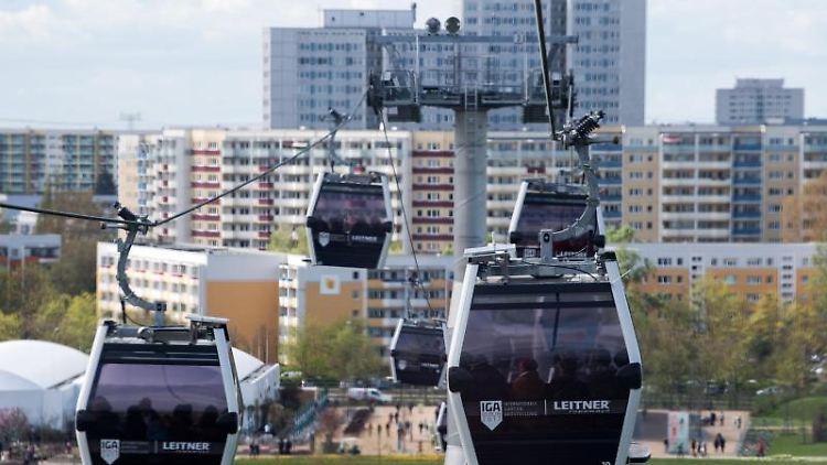 Besucher fahren in Berlin mit der IGA-Seilbahn. Foto:Bernd von Jutrczenka/Archivbild
