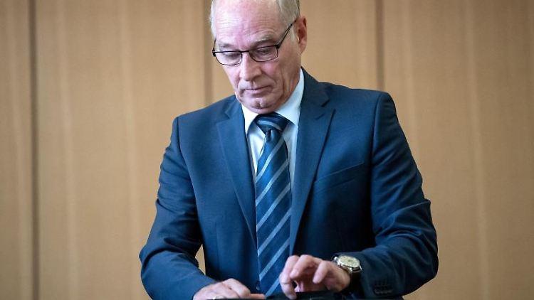 Hans-Ulrich Podehl, ehemaliger Wolfsburger Polizeichef, kommt in den Gerichtssaal. Foto: Sina Schuldt