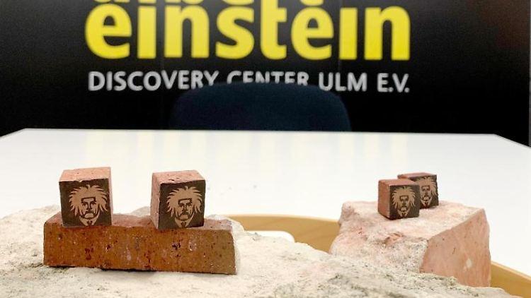 Bearbeitete Steine aus dem Geburtshaus von Albert Einstein in Ulm werden bei einer Pressekonferenz präsentiert. Foto: Thomas Burmeister