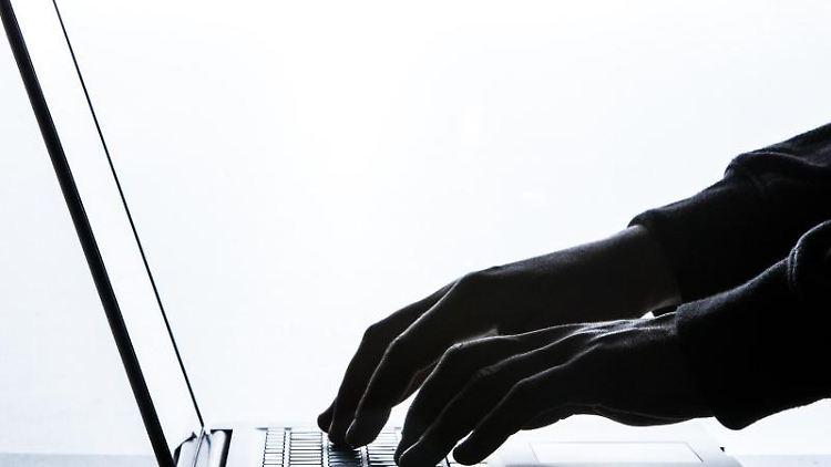 Ein Mann tippt auf der Tastatur eines Laptops. Foto: Silas Stein/Archivbild