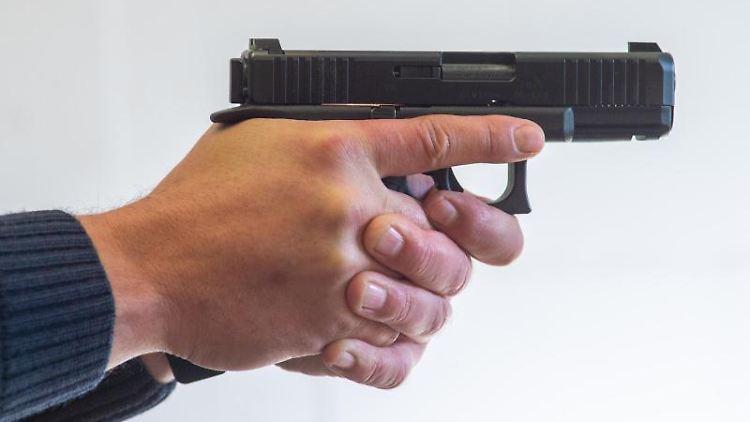 Ein Polizist zielt mit der Pistole
