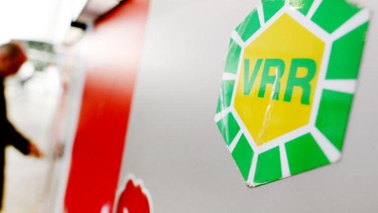 Das VRR-Logo klebt am an einem Fahrkartenautomaten im Hauptbahnhof in Düsseldorf. Foto: Martin Gerten/Archivbild
