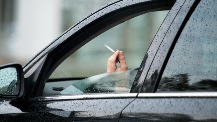 Ein rauchender Autofahrer. Foto: Arno Burgi/Archivbild