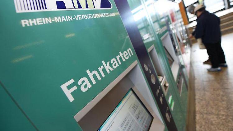 Fahrkartenautomaten des Rhein-Main-Verkehrsverbundes (RMV) stehen in einem Bahnhofsgebäude. Foto: Arne Dedert/Archivbild