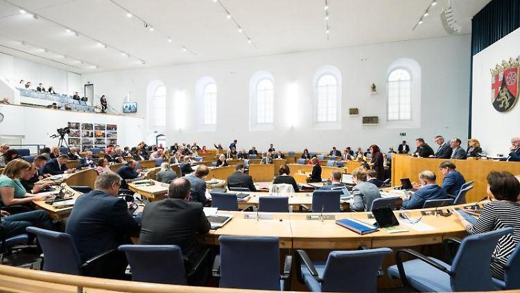 Die Abgeordneten sitzen währen der Debatte im Landtag Rheinland-Pfalz. Foto: Andreas Arnold