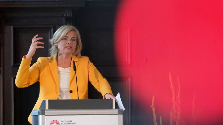 Julia Klöckner (CDU), Bundeslandwirtschaftsministerin, spricht in einem Saal im Ständehaus. Foto:SebastianWillnow