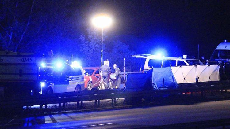 Polizisten stehen an der Anschlussstelle Hellersdorf auf der A10 nordöstlich vonBerlin auf der Fahrbahn. Foto:Christopher Harms/Archivbild