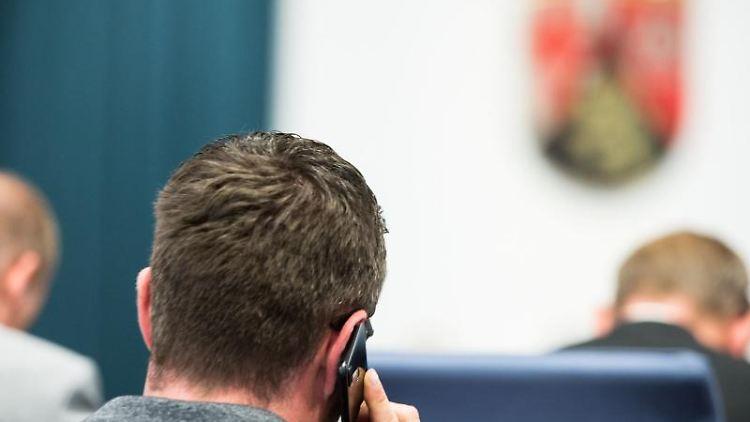 Ein Abgeordneter telefoniert während der aktuellen Debatte. Foto: Andreas Arnold