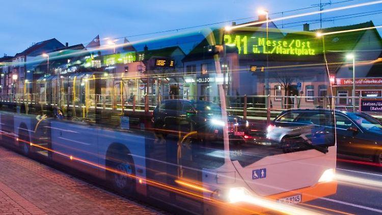 Ein Bus der hält an einer Haltestelle (Langzeitbelichtung). Foto:JulianStratenschulte/Archivbild