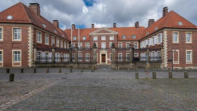 Eine Außenansicht des Bischöflichen Generalvikariats auf dem Domplatz in Münster (Nordrhein-Westfalen). Foto: Guido Kirchner/Archivbild