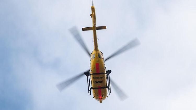 Ein Rettungshubschraube fliegt vor bewölktem Himmel. Foto: Sebastian Gollnow/Archivbild
