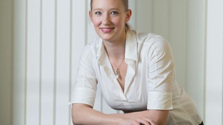 Joana Mallwitz, heutige Nürnberger Generalmusikdirektorin, posiert damals bei einem Fototermin in Erfurt. Foto: Sebastian Kahnert/Archivbild