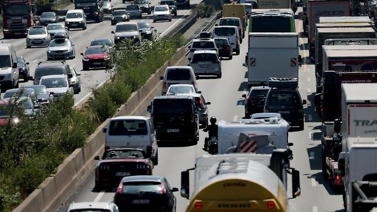 Fahrzeuge stauen sich auf der Autobahn. Foto: Oliver Berg/Archivbild