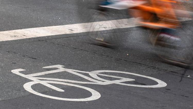 Ein Fahrradfahrer fährt über einen Radweg. Foto: Lennart Stock/Archivbild