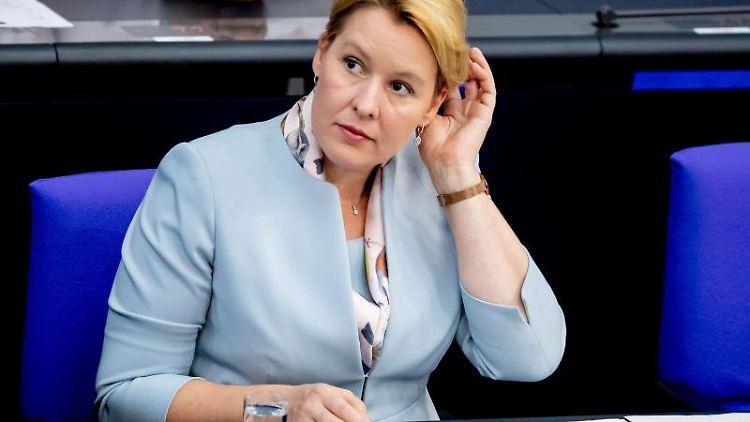 Franziska Giffey (SPD), Bundesfamilienministerin, sitzt im Bundestag auf der Regierungsbank. Foto: Christoph Soeder