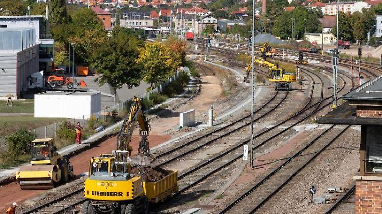 Baumaschinen stehen wegen Bauarbeiten auf den Bahngleisen an der Einfahrt zum Bahnhof Meiningen. Foto: Michael Reichel