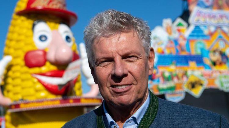 Dieter Reiter (SPD), Oberbürgermeister der Stadt München, befindet sich auf dem Gelände des Oktoberfestes. Foto: Sven Hoppe/Archiv